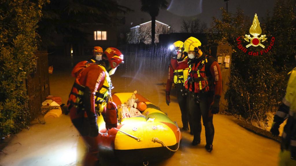 Cedono gli argini della roggia nel vicentino, strade allagate tra Torri e Settecà: 20 persone salvate dai vigili del fuoco