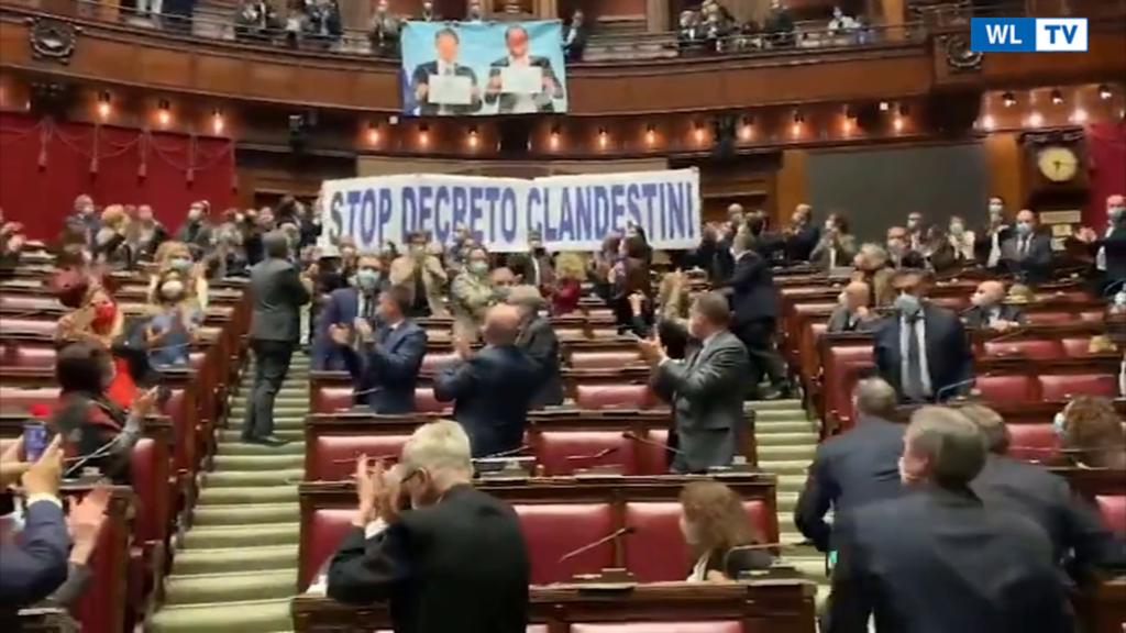 Dl sicurezza, protesta della Lega alla Camera con striscione e gigantografia