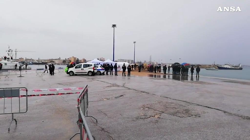 Mazara del Vallo, l'arrivo dei pescherecci con i pescatori liberati in Libia-Video