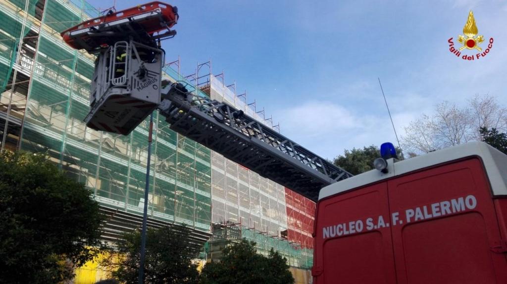 Palermo – Restauratrice cade da un ponteggio da un piano all'altro, soccorsa dai Vigili del Fuoco