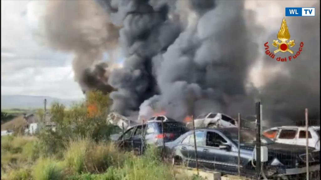 News- Incendi: vasto rogo in autodemolizione, alta nube di fumo Nel Catanese. Più squadre vigili fuoco in azione, nessun ferito