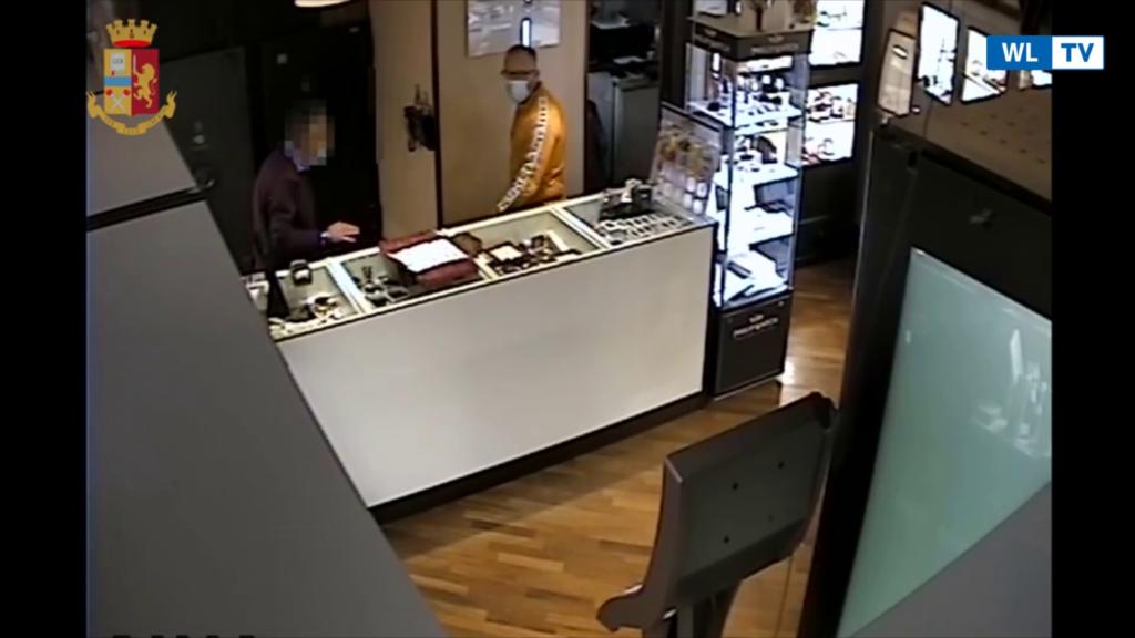 VIDEO – Evade dai domiciliari e rapina gioielleria, arrestato