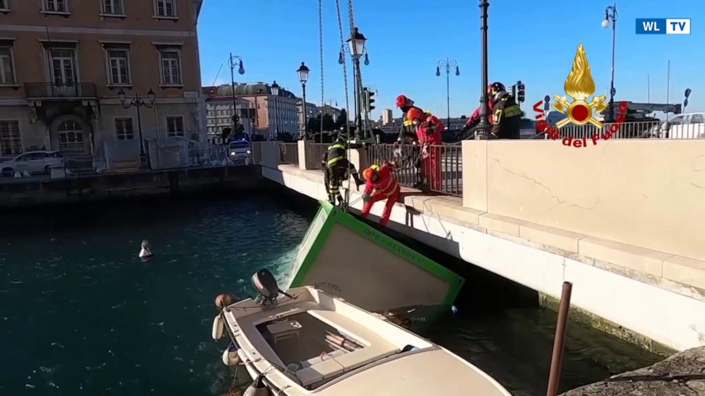Recuperati due container trascinati dal vento nel canale di Portorosso