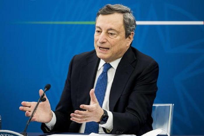 Presidente Draghi: 'Interverremo su operatori no vax. Scuola riapre fino alla prima media'