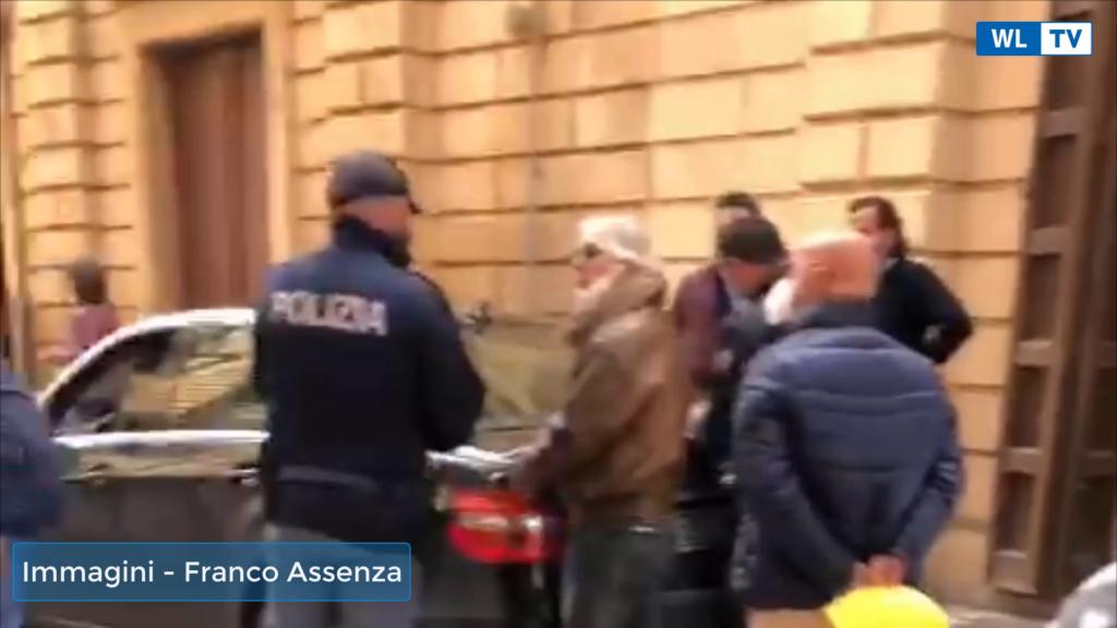 """Covid- Protesta dei tassisti e ncc a Vittoria: """" Nessuno aiuto dal comune, ci prendono in giro"""" – Video"""