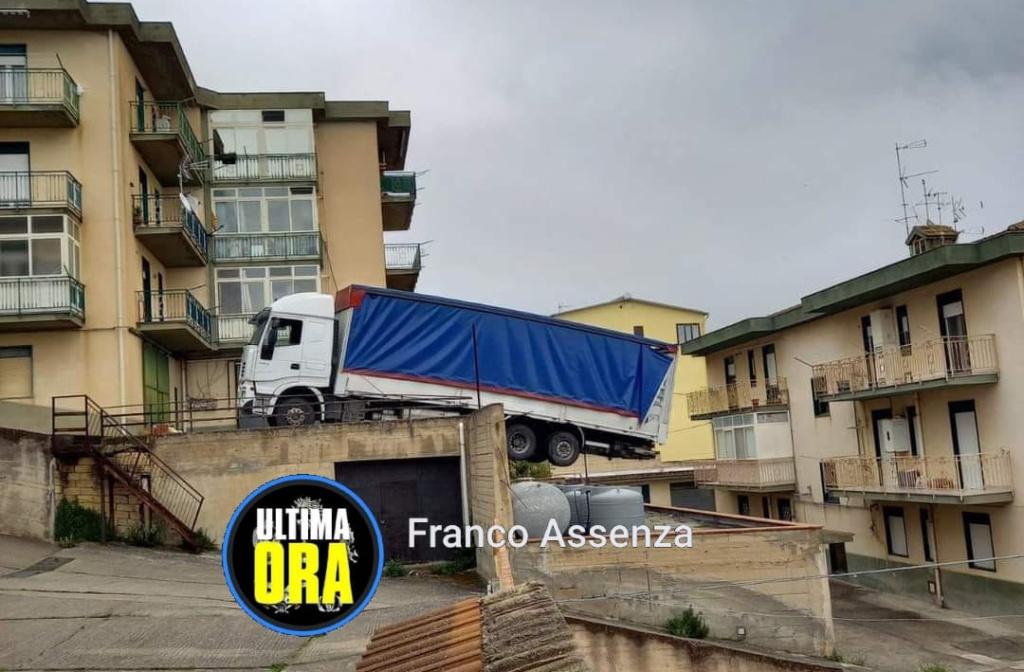 Caccamo – Tir in bilico su un magazzino, evacuata una palazzina di 6 famiglie – Video