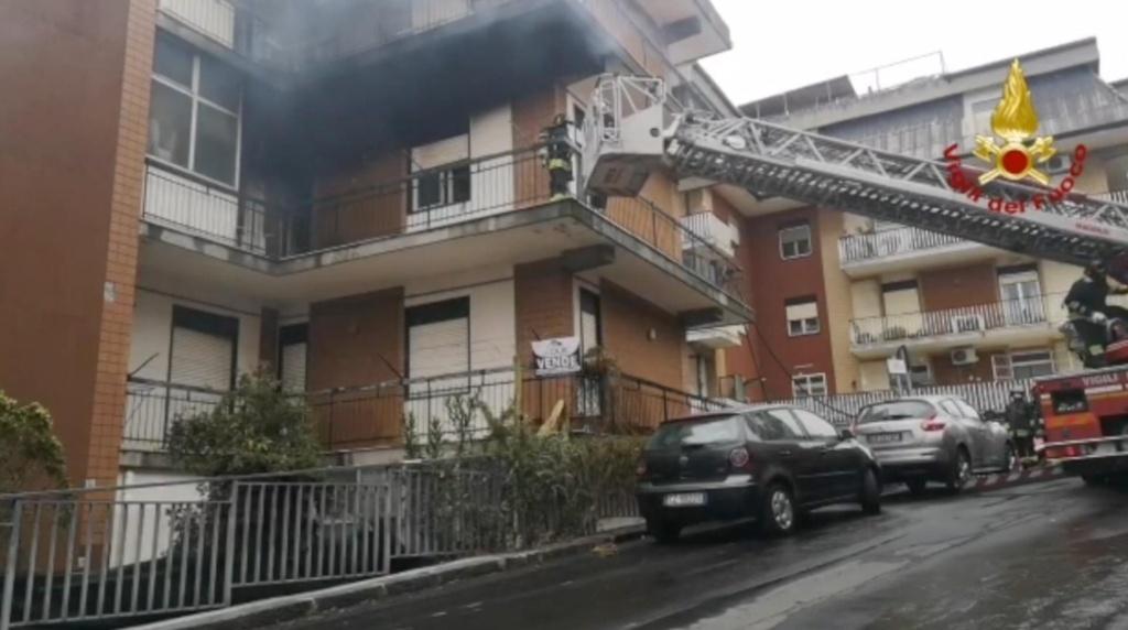 Incendi: fiamme in casa, persone evacuate con un'autoscala,  nessun ferito