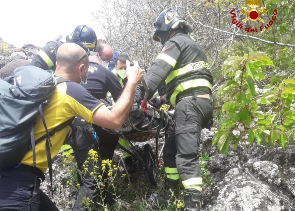 Escursionisti in difficoltà sull'Etna, 85enne ferito salvato da Vigili del fuoco e soccorso alpino