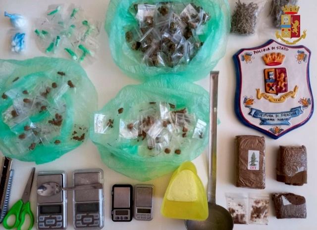 Siracusa, è ai domiciliari e vende droga: arrestato 36enne