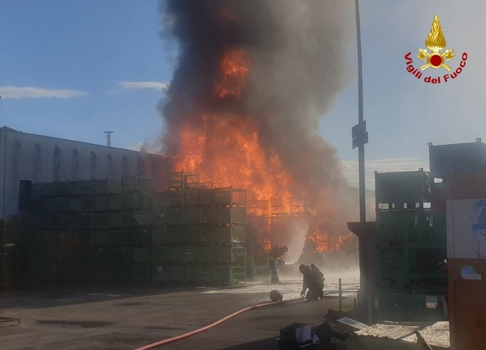 Castelfranco Veneto Treviso: incendio in azienda di produzioni articoli da giardino