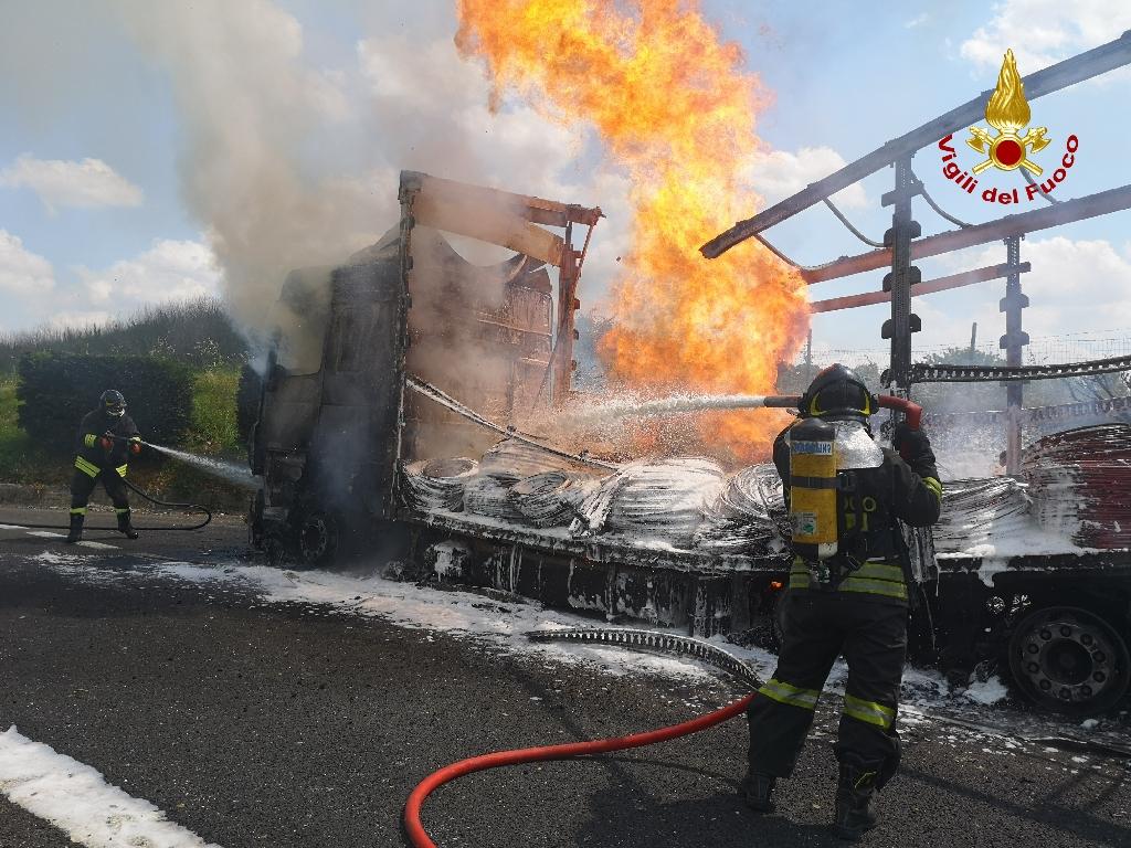 Peschera del Garda –  In fiamme autoarticolato lungo l'austrada A4