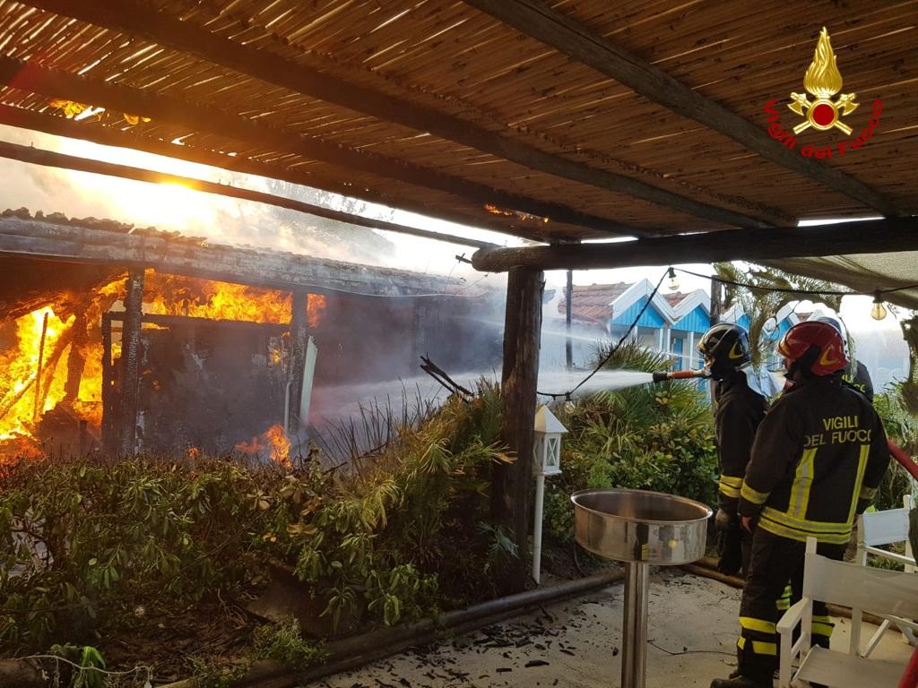 Incendio in stabilimento balneare a Forte dei Marmi