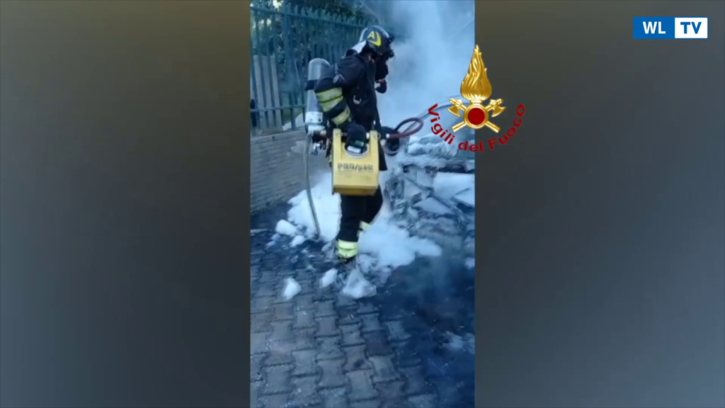 Incendio di due autovetture in sosta nel quartiere Bisconte a Messina: intervenuti i vigili del fuoco -Video