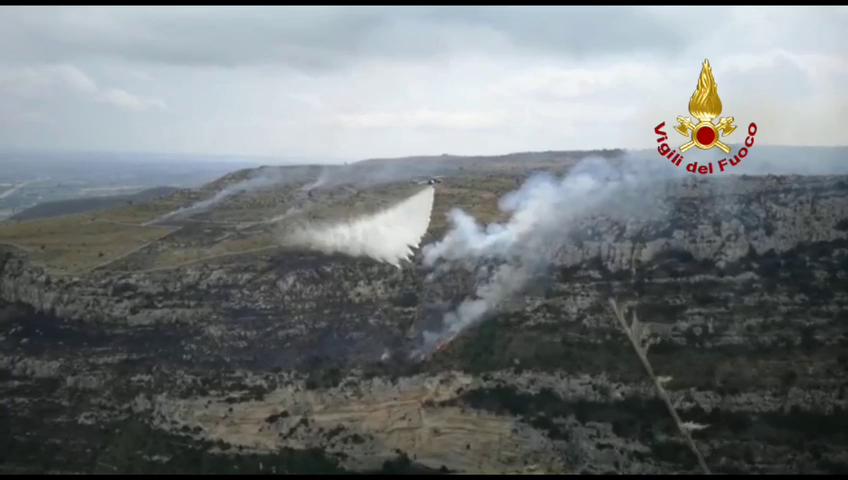 Incendio a Cava grande di Cassibile: intervento elicottero dei vigili del fuoco
