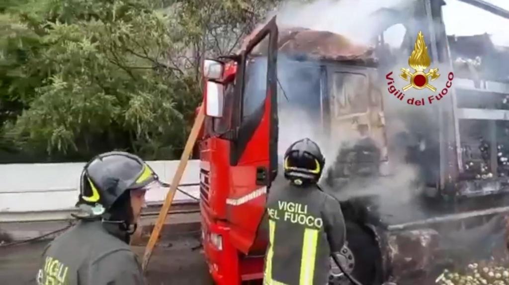 Salerno – Tir avvolto dalle fiamme su un viadotto