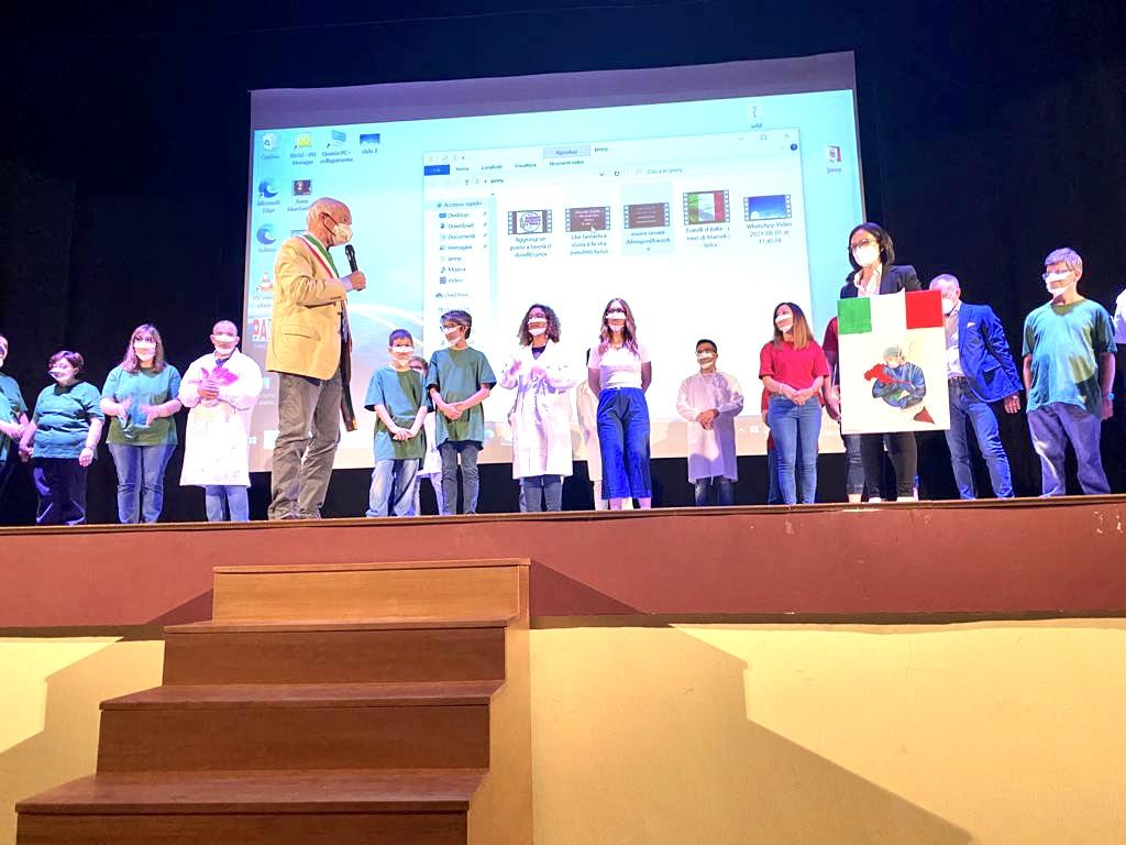 Dono dei ragazzi dell'associazione albero all'amministrazione comunale di Priolo Gargallo