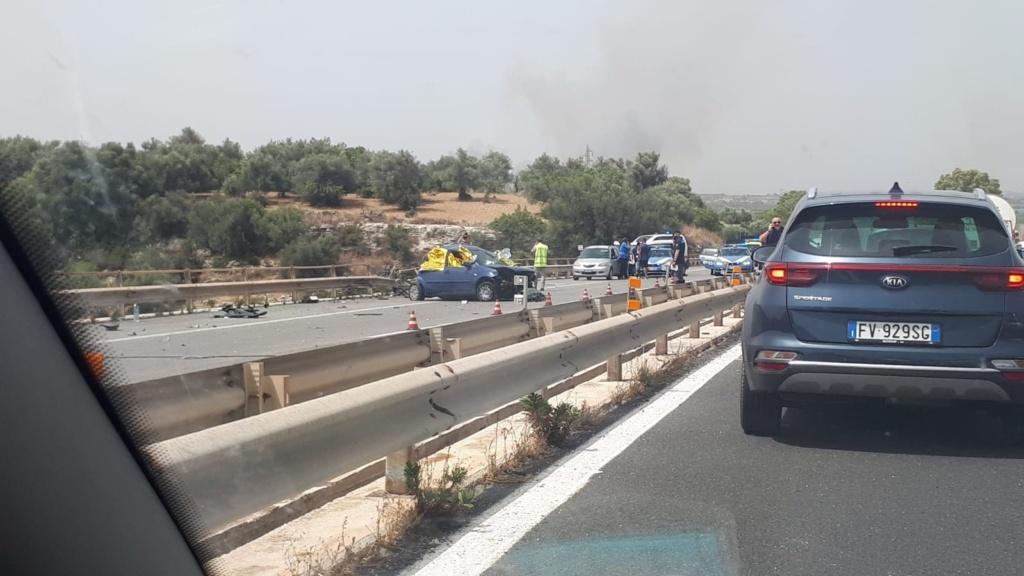 Scontro tra camion ed auto sulla Catania-Siracusa, un morto