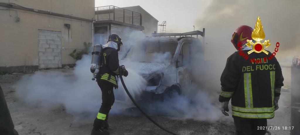 Priolo, autocarro in fiamme sulla 114