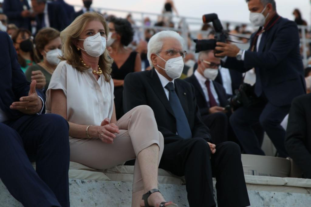 Applausi per Mattarella al teatro greco di Siracusa Prima dello spettacolo, la tragedia Coefore Eumenidi, minuto di silenzio per Borsellino