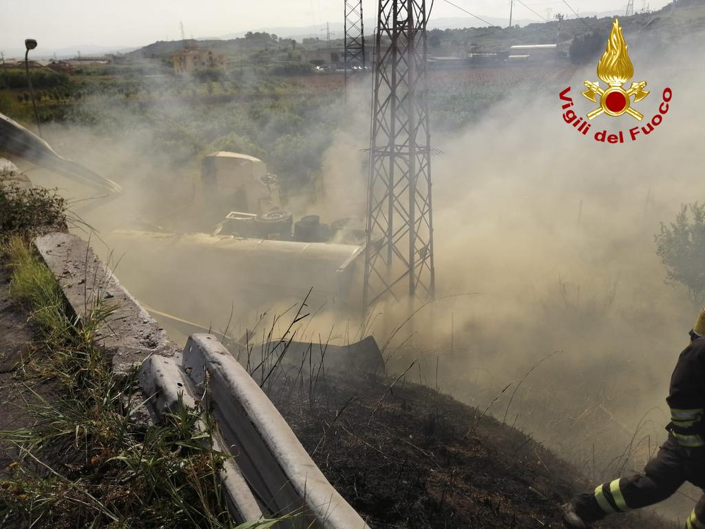 Autocistena in fiamme nel messinese, vigili del fuoco NBCR al lavoro