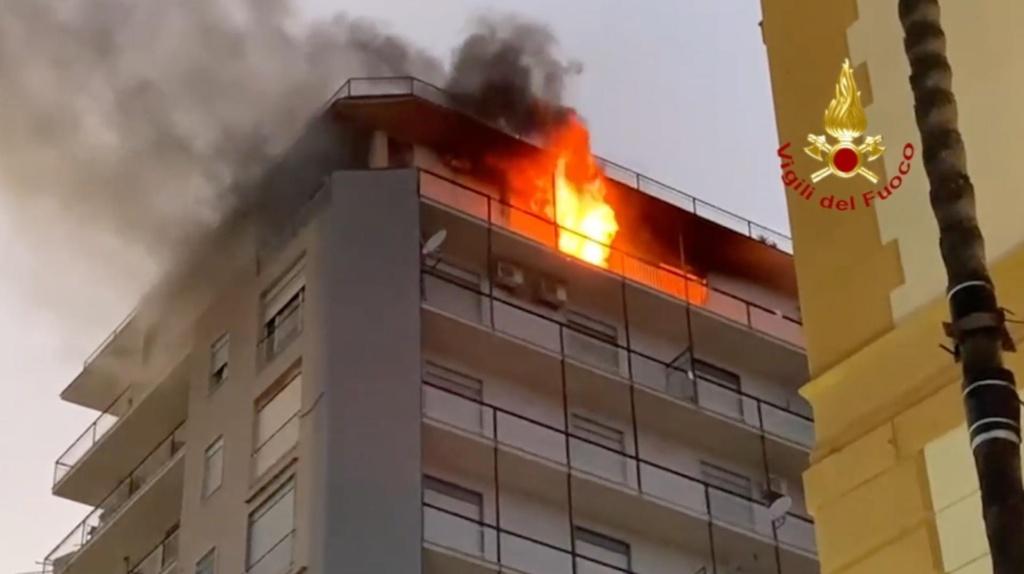 Agrigento, incendio edificio in centro citta': intervenute 4 squadre vigili del fuoco
