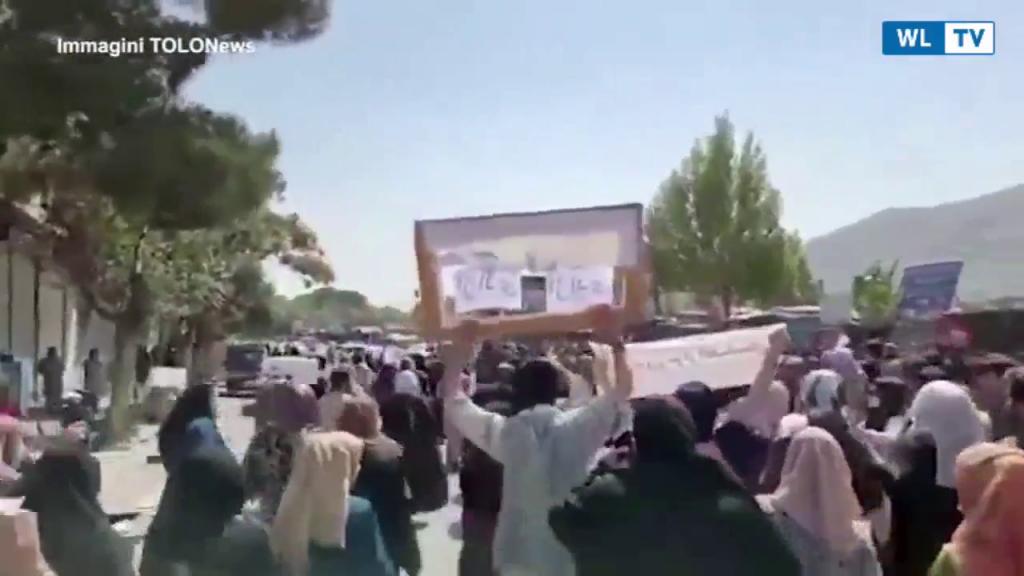 MONDO – Afghanistan, manifestazione contro i talebani: spari in aria per disperdere la folla Nella capitale afghana Kabul i cittadini protestano contro il regime- video