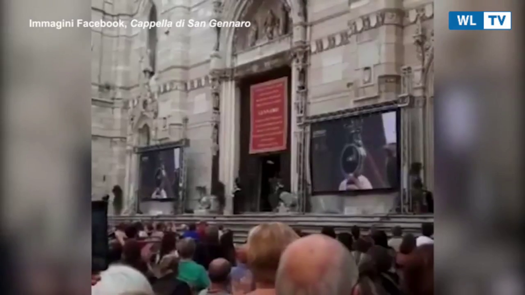 """Napoli, """"il sangue di San Gennaro si e' sciolto"""", l'applauso dei fedeli fuori dal Duomo Il rito trasmesso in diretta streaming #miracololive"""
